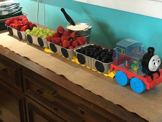 ""\""""Train"""" of fruit containers for baby shower.""564|423|?|en|2|d6f0503d5359a2fa6c4c2214c7b3aff0|False|UNLIKELY|0.3590121269226074